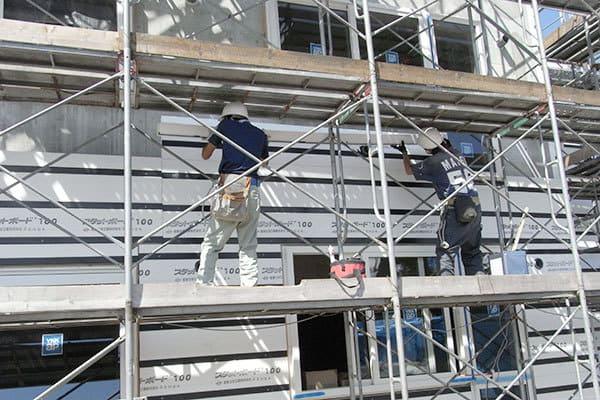 厚いのに軽量な断熱材で建物を包める